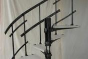 Prototipo per scala a chiocciola in ferro forgiato con pedate in legno.