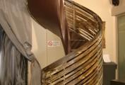 Scala a chiocciola in ferro e cemento patinata con solfato di rame. Locale pubblico. In collaborazione con il designer Anton Cristell